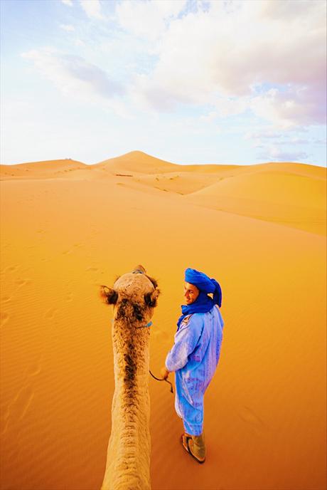 画像: ラクダに乗ってキャンプ地へ