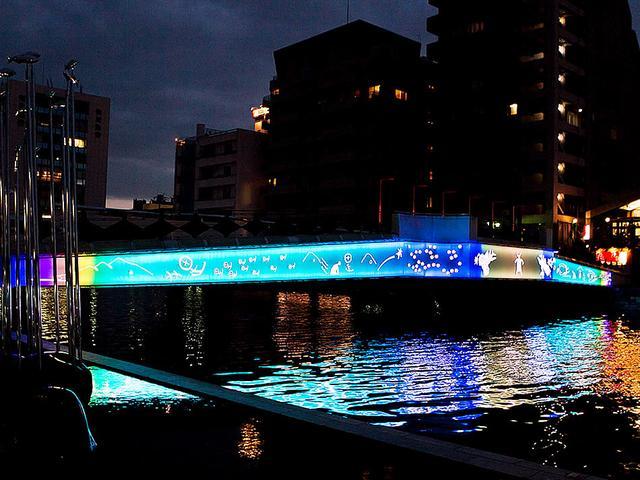 画像: 徳島と縁が深いタヌキを光の絵文字で表現している『虹のラクーン』