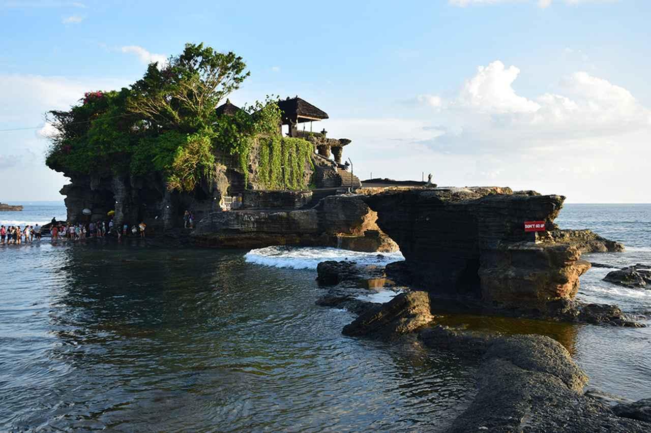 画像: 美しい夕日が見られるスポットとしても有名なタナロット寺院