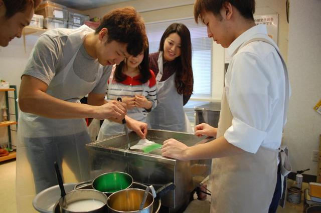 画像1: 職人の手ほどきを受けながら食品サンプルを作る