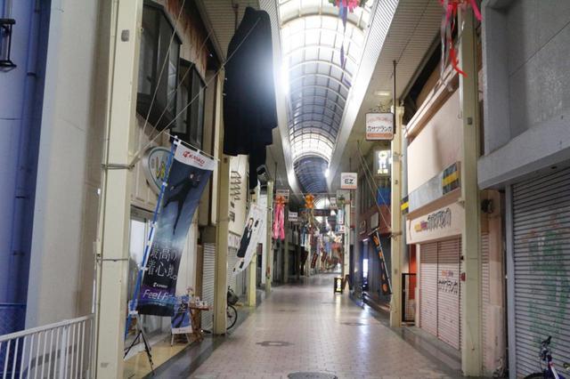 画像: アーケードの中は一見すると普通の商店街。しかし、少し歩みを進めてみると…