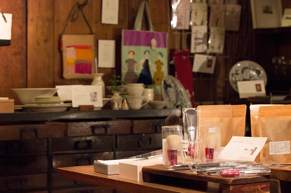 画像: 広島で活躍する作家の作品や伝統工芸品の熊野筆が並ぶ