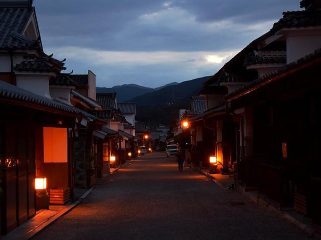 画像: 柔らかな光に照らされた通りは幻想的な雰囲気に包まれる
