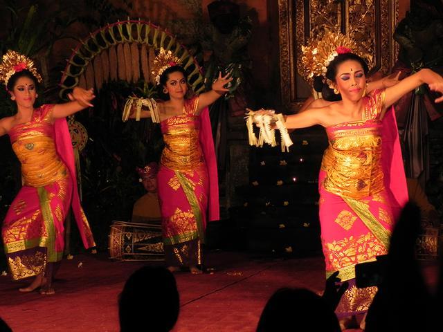 画像: ウブド王宮で上演される華麗なレゴンダンス。ダンサーのきらびやかな衣装にも注目