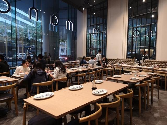 画像: Manam Comfort Filipinoの店内は天井が高く、開放的な雰囲気
