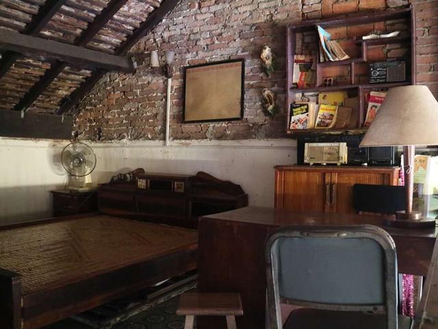 画像: 古いベッドやテーブル、椅子などで、昔のサイゴンの一般家庭をイメージして設えられた店内