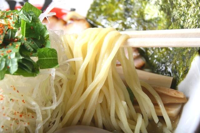 画像: 長野県中野市の志賀麺業に特注したストレート麺。コシがありつつも、なめらかな、ちょうど良さがGOOD