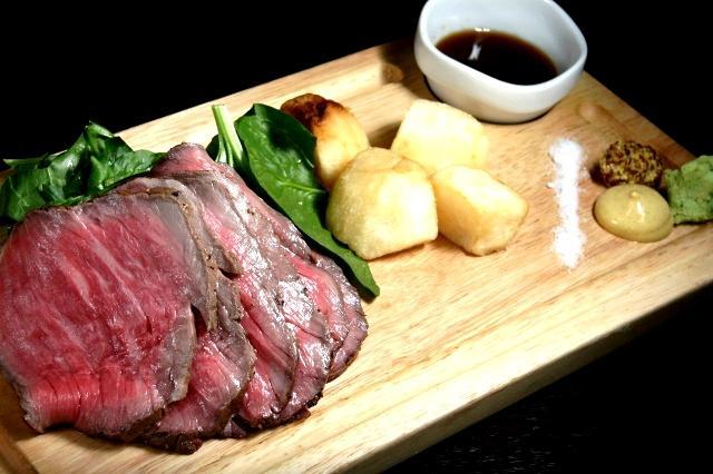 画像: 「知多牛の厚切りローストビーフ」ほどよく柔らかな肉質で、国産牛ならではの甘みがあり、まさに上質な味わい。