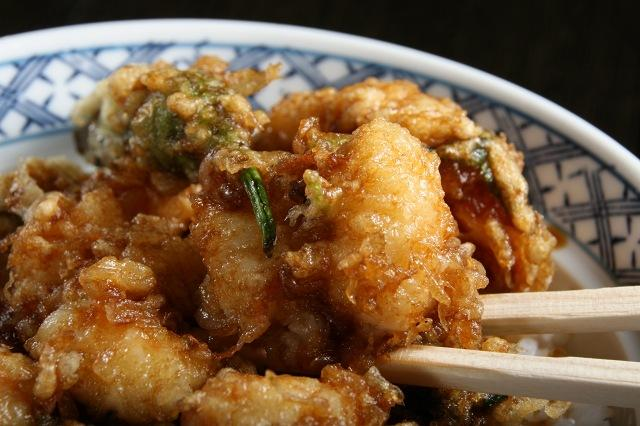 画像: 海老を包丁を使用せずに手でちぎる手法で、味のしみ方が抜群です。ぷるぷる食感&10尾くらい使用の大判ぶるまい。