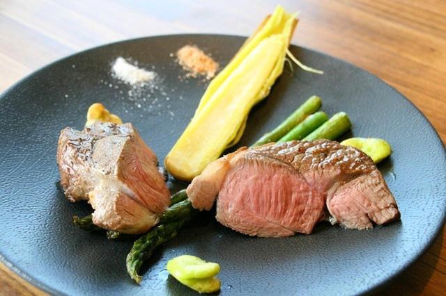 画像: 「仔羊のアロスト 季節の野菜添え」 臭みの無い美味なる仔羊のロースト。モンゴル岩塩やスパイスソルトで