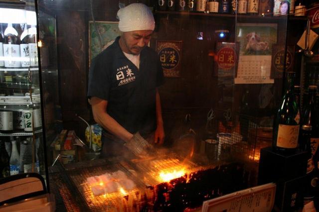 画像: バーから大衆居酒屋へリニューアルした寺嶋功悦さん。小さい頃から料理好きだったゆえになせる技だ