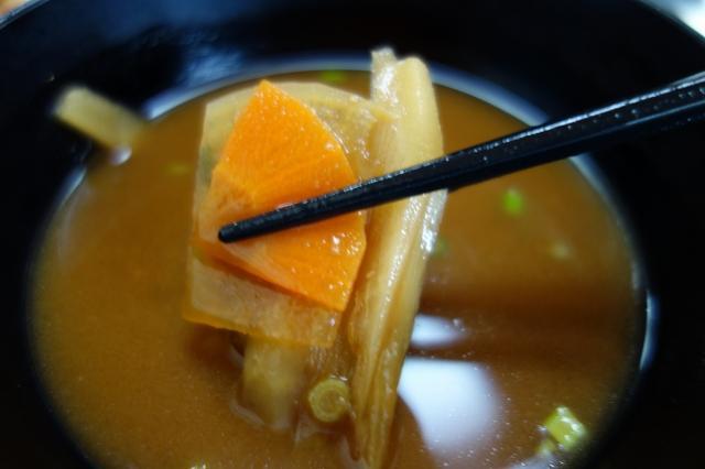 画像: お味噌汁もゴボウやニンジンなど具だくさん。