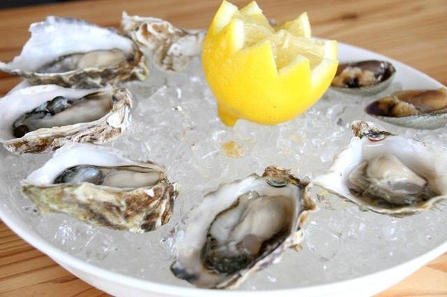 画像: 牡蠣のマルえもんとカキえもん、あさりを生で堪能できる。もちろんアルコールとの相性も抜群だ