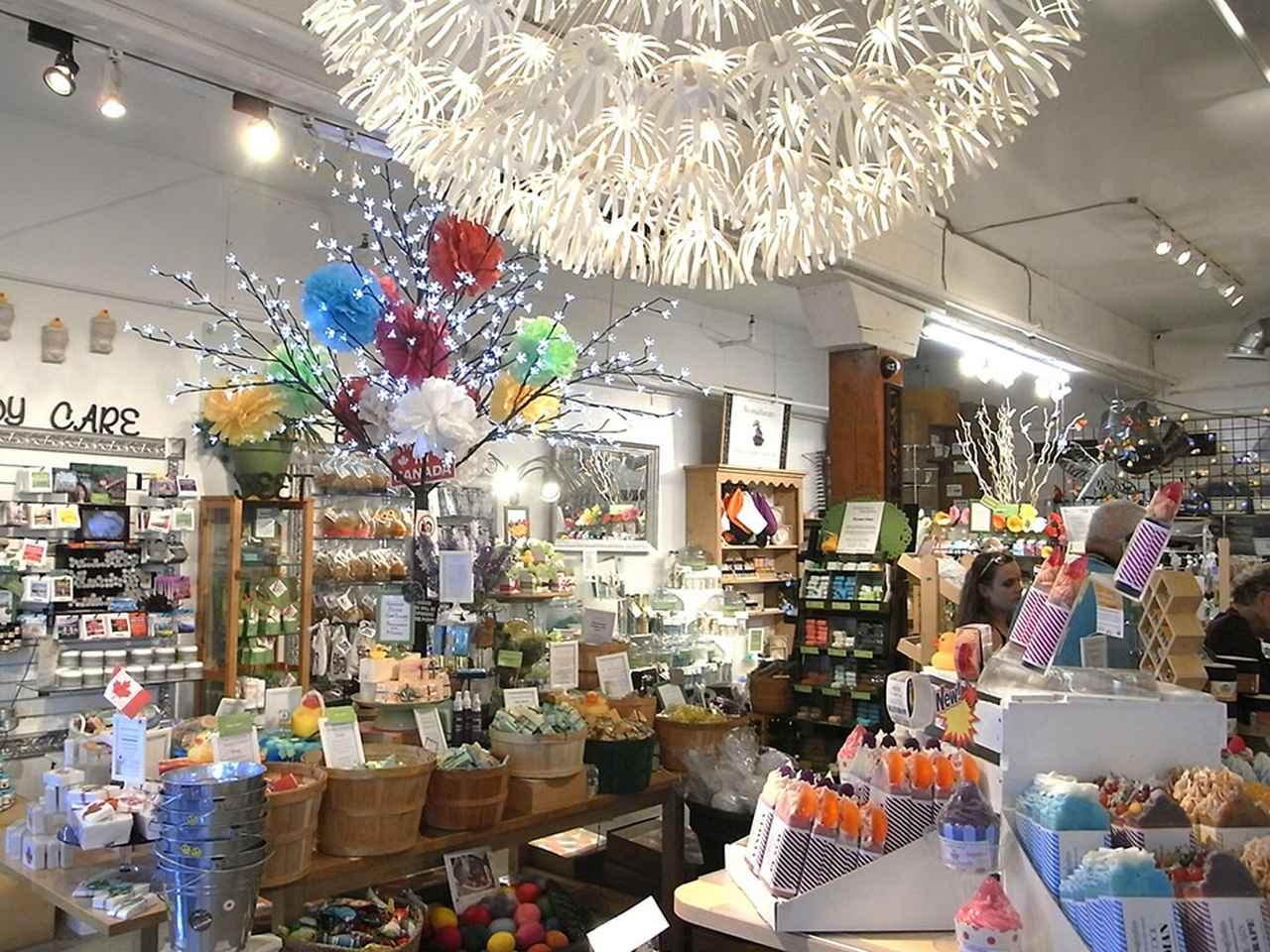 画像: 色とりどりの石鹸、スキンケア製品、キャンドルなどが並ぶ店内は、見てまわるだけでもワクワクします