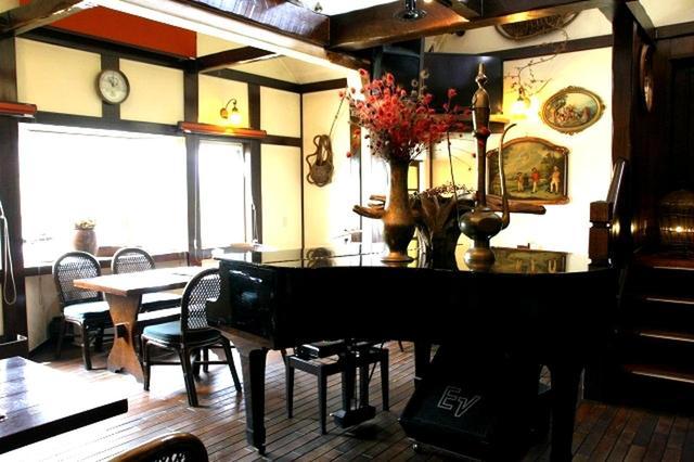 画像: 木目を生かした店内は1階と2階があり、ゆったりとした作り。北海道バターラスクなど焼き菓子も販売