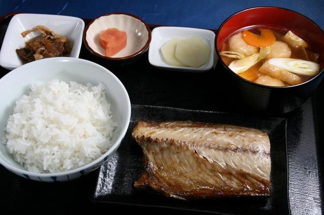 画像: 「焼き釧さば定食」850円。朝からガッツリ。焼き鯖はもちろん、日替わりの汁ものなども具だくさんで美味