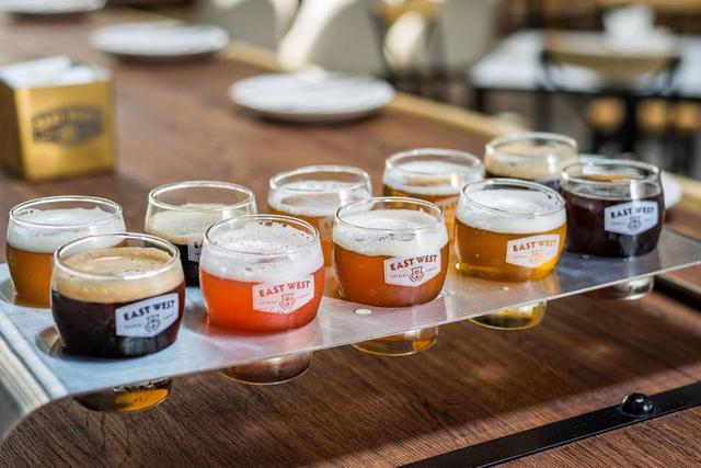画像: 好みの10種類を選んで楽しめる「King's Flight(キングズ・フライト)」は42万5,000VND。4種類の「Tasting Flight(テイスティング・フライト)」は17万5,000VND(© East West Brewing Co.)