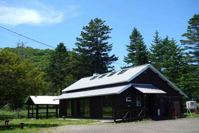 画像: 牧場至近にぽつんと経つ1軒家。緑豊かに広い空という風景もまた格別。しかも釧路空港から車で約30分!