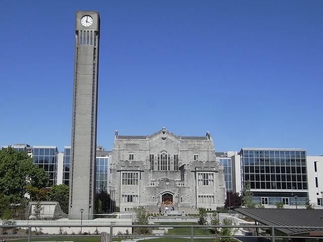 画像: UBCのランドマーク・時計塔と、大学図書館&学習センター。なんと開館時間は朝6時から夜中の1時まで!