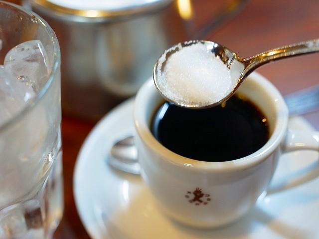 画像: 濃いめの1杯を甘くしたいときは白砂糖を投入。アイスコーヒーなのにガムシロップじゃないところがミソ。