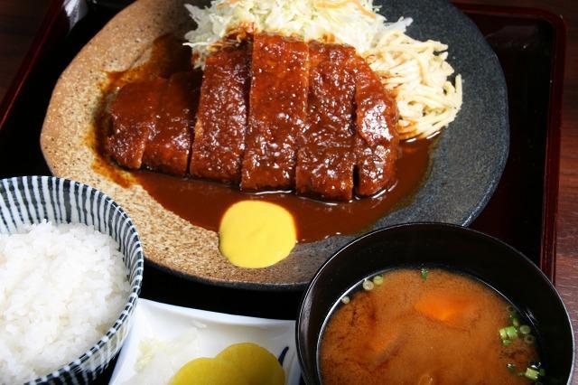 画像: イチオシの「味噌とんかつ定食」は 極上モチブタロースに豆味噌ベースのとろみの活きる味噌ソース。先代の味がここに。