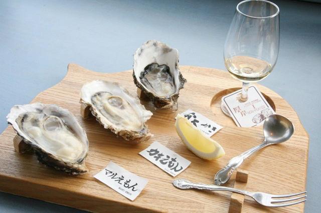 画像: 厚岸の蒸留所NEW BORNの原酒は現在3種類。ウィスキーを垂らしつつ、3種類の生牡蠣を食べ比べできる