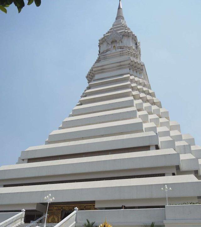 画像: Wat Paknam(ワットパクナム)の白い仏舎利塔