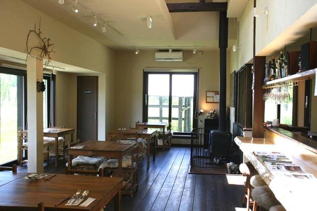 画像: 木の温もりが活き、天井が高くゆったりとした空間が広がる店内。ムートンクッションももちろん自家製