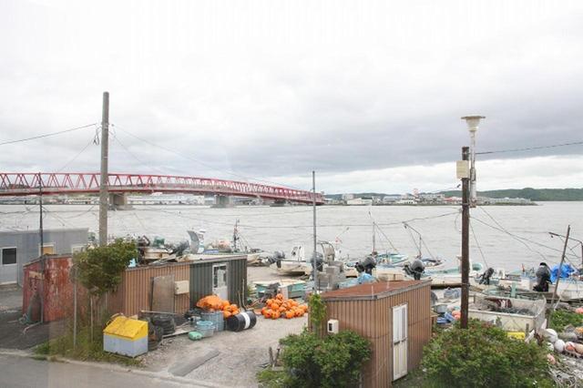 画像: 厚岸の海と厚岸大橋が眼下に広がる。この地で三代に渡り牡蠣漁を営む。ちなみに漁は朝5時から