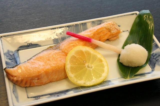 画像: 「時しらず塩ふり焼」 時しらずは昆布森とか浜中とかで採れるそう。高級鮭の代名詞。春から夏まで