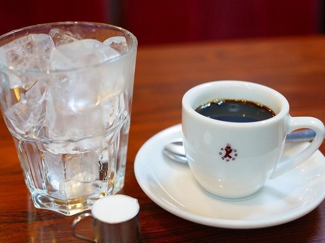 画像: 「アイスコーヒー」をオーダーすると、氷とコーヒーが別々に登場するのが『コンパル』流。