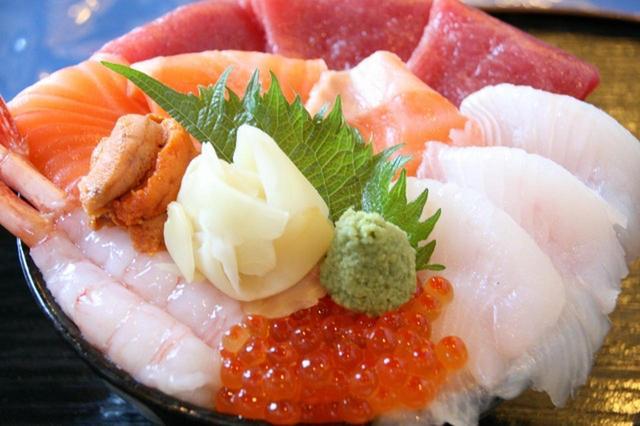 画像: 「海鮮丼」1250円。旬の6種類の海産物がのった看板メニュー。ネタも大きい&分厚くて美味しくて驚き