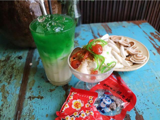 画像: 甘い香りの「Sâm Dứa Sữa(パンダンリーフのミルクティー)」4万VND、鮮やかなフルーツなどをトッピングした「Kem Ký(アイスクリーム)」2万5,000VND。梅干しなど、昔ながらのおやつもある