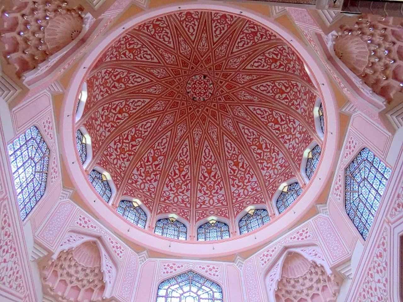 画像: 中央のドームを内部から撮影。ローズピンクの色合いとステンドグラスから差し込む光が美しい