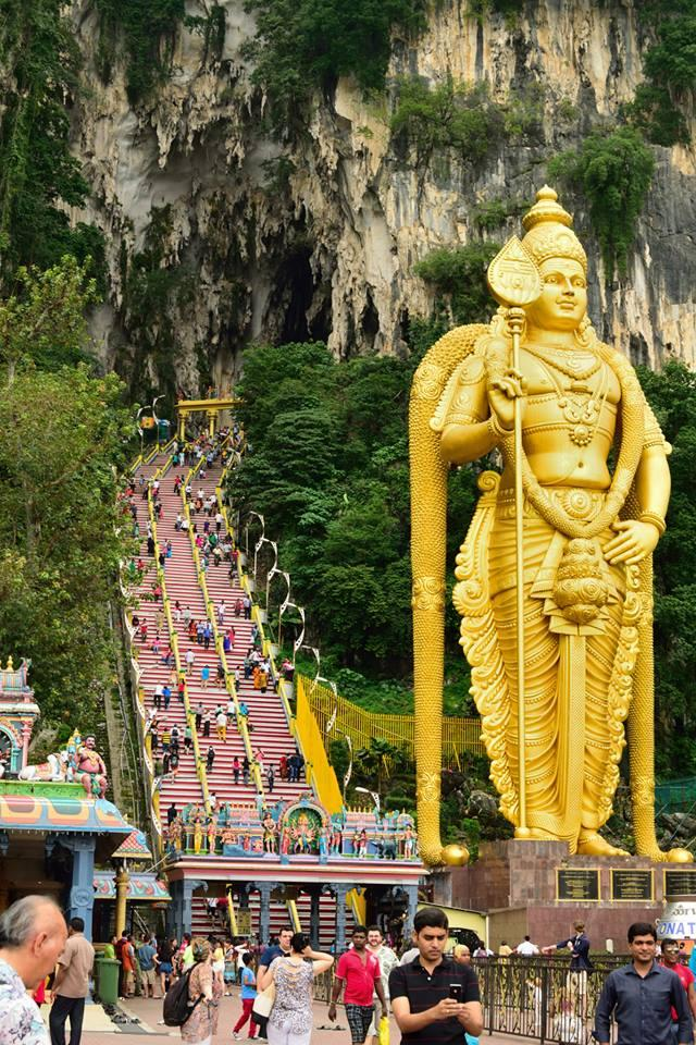 画像: 高さ43mのムルガン像。バトゥ洞窟周辺には野生の猿が出没するので注意したい