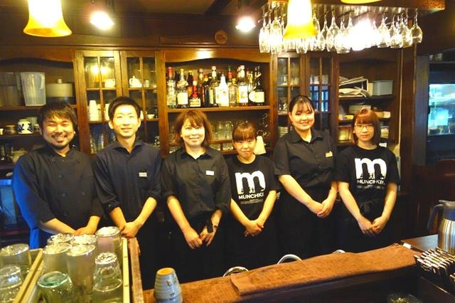 画像: 鈴木さん始め、スタッフが切り盛り。黒を基調としたコスチュームも、店舗の雰囲気にぴったり