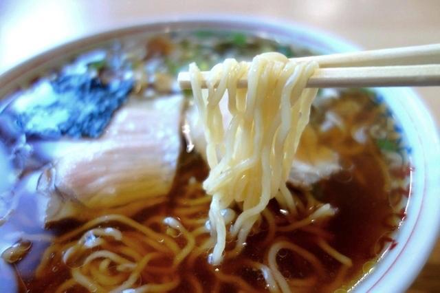 画像: ややちぢれた麺を啜れば、小麦粉の良さと優しい口あたり。と共に、ふわっと醤油スープの香ばしさも伝わる
