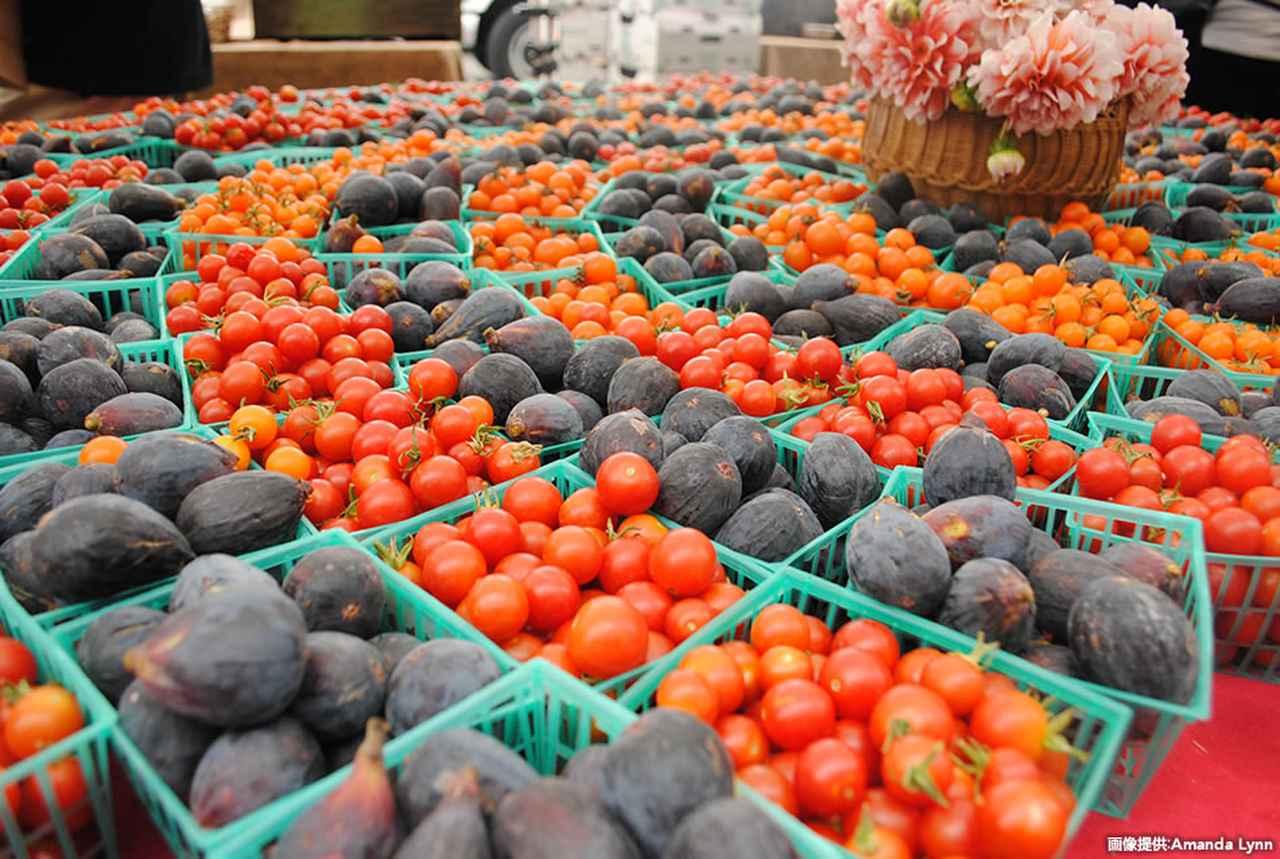 画像: マーケットに並ぶ新鮮な野菜や果物