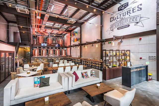 画像: 奥にビール樽が見える1階の店内。週末のみ開放される2階席はオープンエアで、気分爽快(© East West Brewing Co.)