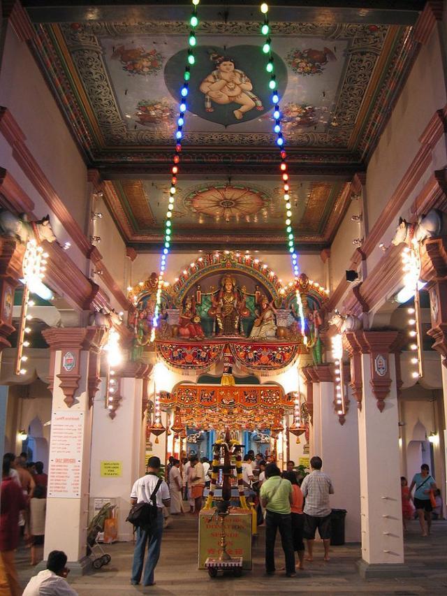 画像: 寺院内部の様子。寝ている人などもおり、現地の人の暮らしが垣間見える