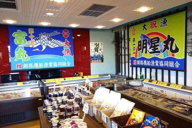 画像: 店内入口には、自社商品がずらりと並ぶお土産コーナーも。冷凍品、冷蔵品から缶詰、おつまみまで幅広し