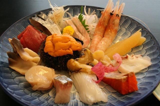 画像: 「お刺身盛り合わせ」殻付きウニや本マグロ、ホッキ貝、ホタテ、シマアジ、ヤリイカ、真蛸、牡丹エビなど