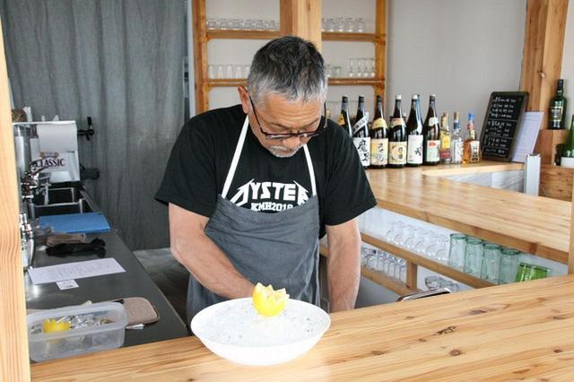 画像: 「自分が晩酌をしたくてお店を作った」と笑う中嶋均さん。実は厨房から眺める景色が一番素晴らしい(笑)