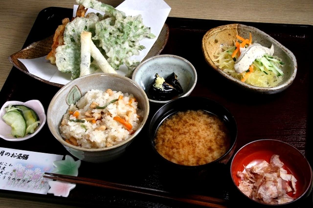 画像: 「季節のお昼膳」。おこわや小鉢など、その時で変わる。今日は大豆の入ったおこわ、小鉢はそうめんうりのサラダ