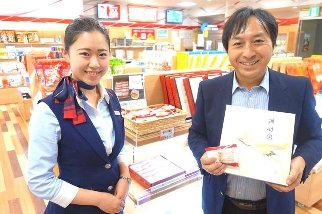 画像: たんちょう釧路空港のJALスタッフさんと。道東の素敵な旅を、今日もしっかりと支えています