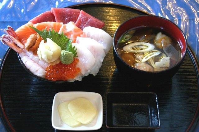 画像: 海鮮丼にも日替わりの汁もの、香の物もつく。超ぜいたくバージョンの10種類のった「特上海鮮丼」1800円も