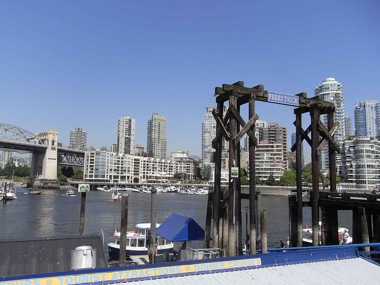 画像: フェリー乗り場。向こう岸にはダウンタウンのビルが見える