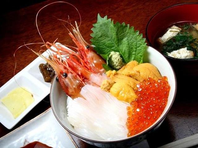 画像: 有頭エビ、ウニ、イクラ、イカの載った海鮮丼をオーダー。この時期はミョウバンを使用していない、前浜ウニ。イカは真イカ。