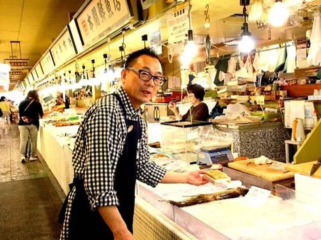 画像: 鮮度抜群の「市場海鮮丼」は、好みのネタをお願いすると、八木さんが市場内の店舗に取りに行くというスタイル