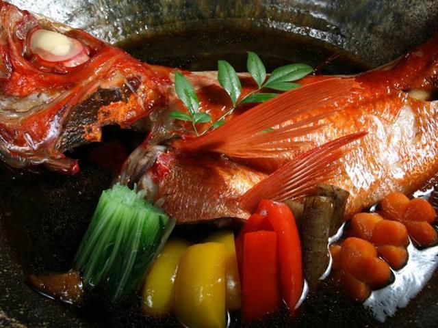 画像: 「天竜川沖 とろ金目鯛の煮つけ」。大きい!2kg、約50㎝です。丁寧に下処理を施して寝かせていて、旨味たっぷりの肉質です。